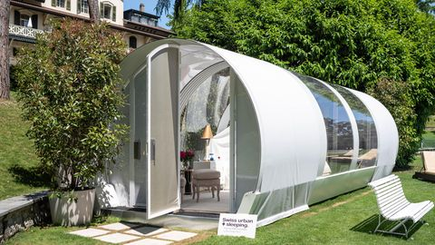 Lausanne: Ein Himmelbett im Grünen  In der vier Hektar großen Gartenanlage des Fünf-Sterne-Hotels Beau-Rivage Palace steht dieser gläserne und voll klimatisierte Pavillon in Röhrenform. WC und Dusche befinden sich im Cinq Mondes Spa des Hauptgebäudes. Es handelt sich um ein hochpreisiges Angebot.