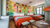 """Zürich: Im Ein-Zimmer-Hotel  Über der Milchbar, dem """"Gaumenfreudenhaus"""" unweit der Bahnhofsstraße in der Altstadt, hat der Künstler Max Zuber ein bewohnbares Kunstwerk geschaffen: mit Wandgemälde und einem Daunenbett zum Reinkuscheln."""