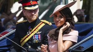 Drei Wochen nach ihrer Hochzeit auf Schloss Windsorsind Prinz Harry und seine Frau Meghan zurück im royalen Alltagsgeschäft. Der Herzog und die Herzogin von Sussex, wie sie seit der Trauung heißen, nahmen an der offiziellen Geburtstagsparade für die Queen teil.
