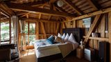 Luzern: Bootshaus mit Aussicht  Zum Seehotel Kastanienbaum gehört ein privates Bootshaus, das einen exklusiven Aufenthalt verspricht. Schon auf der Fahrt dorthin per Boot wird eine Apéro mit Schnittchen gereicht. Der Kapitän kümmert sich auch um das Barbecue und Frühstück der Gäste.