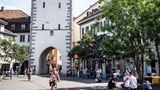 Baden: In einer Zelle im Wahrzeichen  Angeblich diente der alte Stadtturm aus dem 15. Jahrhundert noch bis 1984 als Gefängnis - jetzt steht die Tür auch Übernachtungsgästen offen. Die Espressomaschine gibt es erst seit Kurzem.
