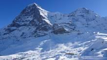 Die Jungfraubahn am Fuße der verschneiten Eiger Nordwand.