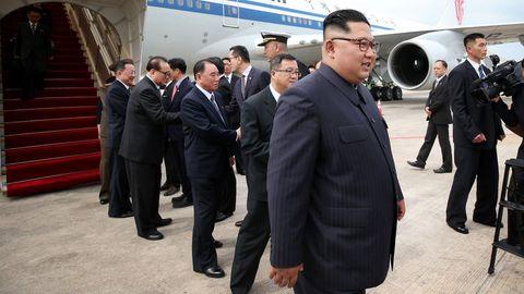 Nach der Landung in Singapur steigtKim Jong Un aus einer Boeing 747-400 der Air China.