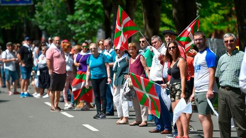 """175.000 Basken haben am Samstag eine 200 Kilometer lange Menschenkette zwischen San Sebastián und Vitoria gebildet. Die Organisation """"Gure esku dago"""" (Es liegt in unseren Händen) hatte zu der Demonstration für das Recht auf freie Selbstbestimmung aufgerufen."""
