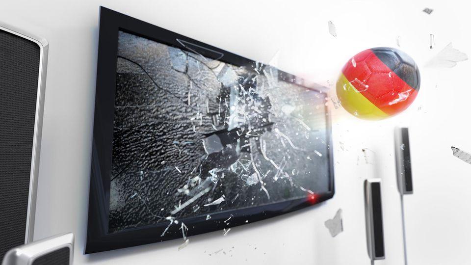 Fußball in Farben der Deutschlandflagge schießt Fernseher kaputt
