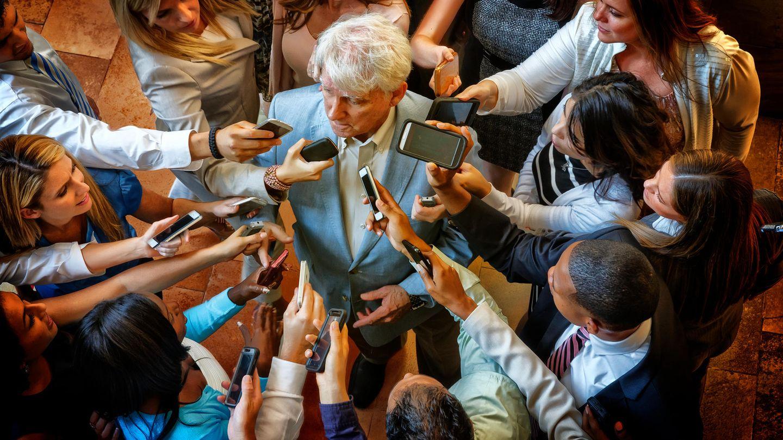 Bürgermeister wird von der Presse belagert