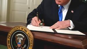 US-Präsident Donald Trump unterzeichnet im Weißen Haus in Washington ein Dokument