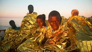 Sie haben es geschafft: Meist junge Männer zwischen14 und 25 Jahren überleben die kräftezehrende Flucht
