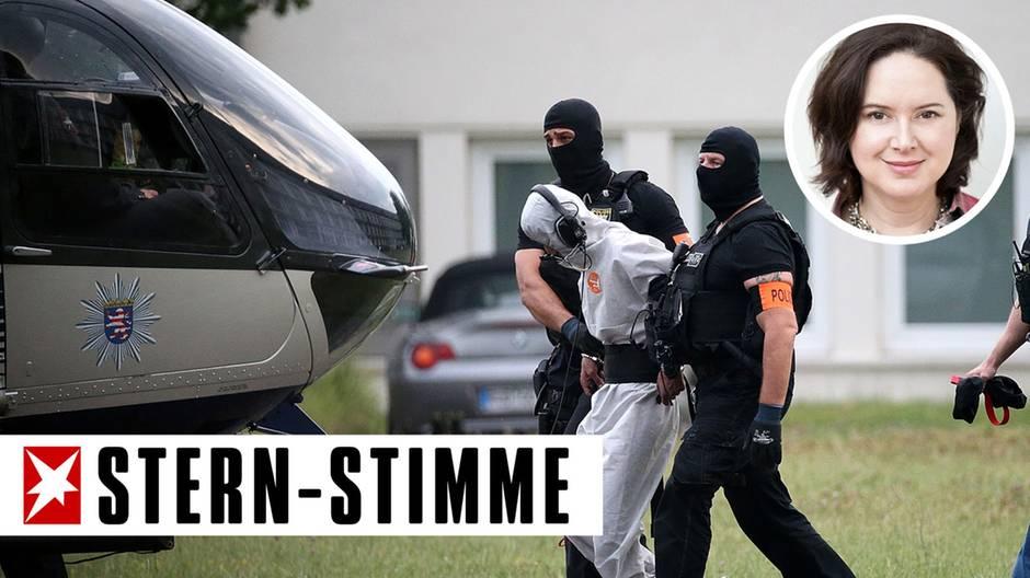 Ali B., der Tatverdächtige im Todesfall Susanna, wird von Polizisten zu einem Polizeihubschrauber gebracht