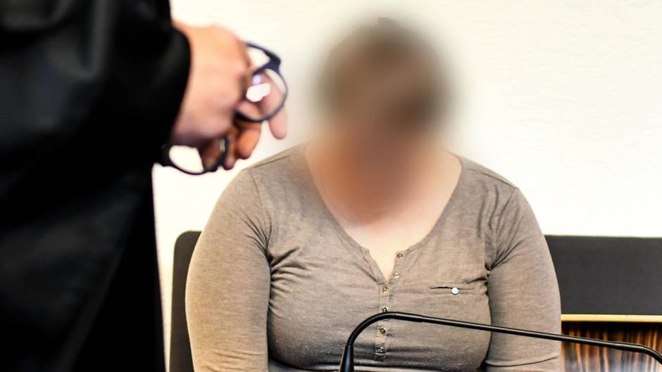 Baden-Würtemberg, Freiburg: Die wegen Kindesmissbrauchs angeklagte Mutter sitzt in einem Saal des Landgerichts.