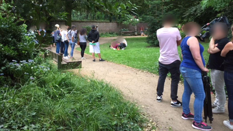 Viersen: Die Eltern eines getöteten Mädchens gehen an den Ort in einem Park und legen dort Gedenkkerzen nieder.