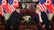 Kim Jong-un und Donald Trump schütteln sich bei historischem Treffen in Singapur die Hände