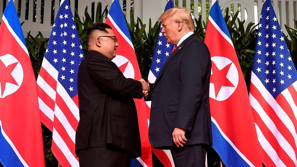 Historischer Handschlag zwischen Donald Trump und Kim Jong Un in Singapur