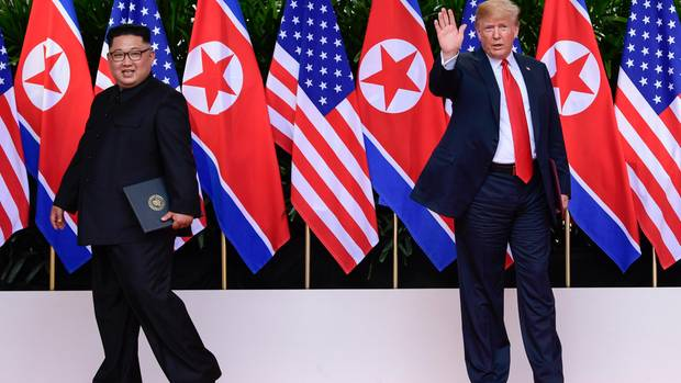 Nordkoreas Kim Jong Un geht - US-Präsident Donald Trump winkt