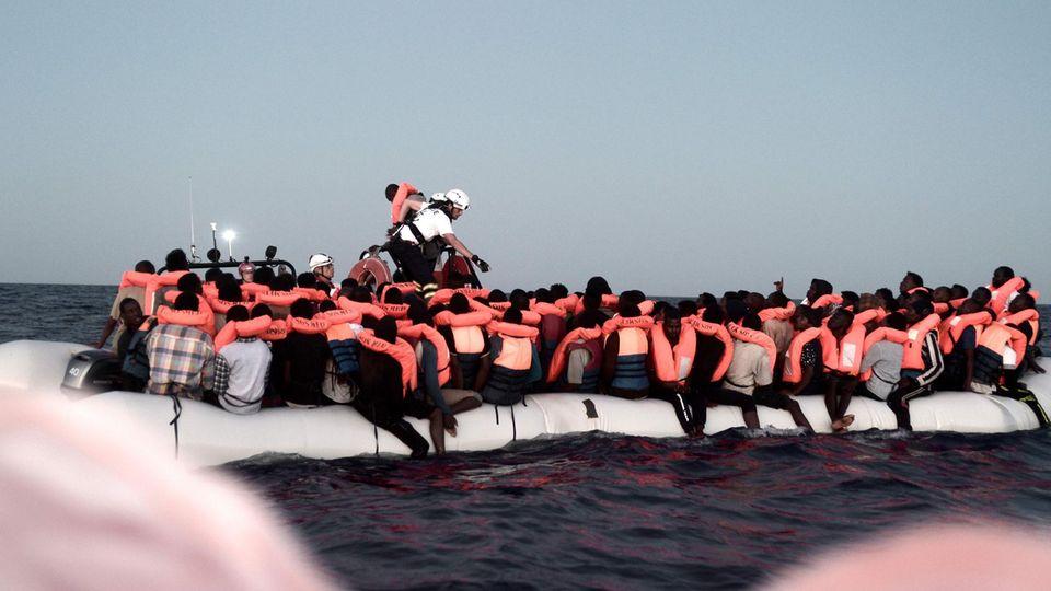 Flüchtlinge in einem Schlauchboot auf dem Mittelmeer