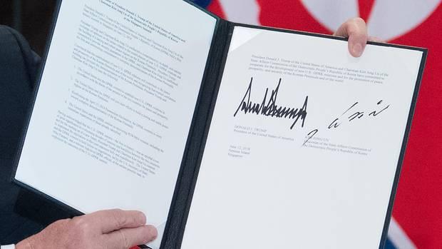 USA und Nordkorea unterzeichnen Vereinbarung: Die Unterschrift von Donald Trump und Kim Jong Un