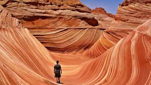 """""""Die so genannte Coyote Buttes Permit Area in Arizona dürfen aus Naturschutzgründen täglich nur 20 menschen betreten. Diese Aufnahme von meinem Mann entstand zur Mittagsstunde – genau in dem Augenblick, als kein störender schatten auf die steinernen wellen fiel.""""      Mehr Fotos von sedonain derVIEW Fotocommunity    Aktionen und Informationen aus der VIEW Fotocommunity aufFacebookoderTwitter"""