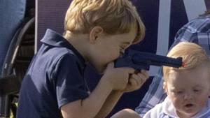 Prinz George hantiert am Rande eines Polo-Turniers mit einer Spielzeug-Pistole