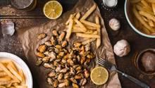 Kohlenhydrate sind nicht böse  Wer auf sein Gewicht achtet, für den gilt vor allem eins: Keine Kohlenhydrate konsumieren. Die Franzosen nehmen es mit dieser Regel nicht so streng. Denn sie wissen: Gänzlich auf die Sattmacher zu verzichten, fällt schwer und würde mit dem Genuss-Lifestyle nicht konform gehen. Daher gibt es eigentlich fast zu jeder französischen Mahlzeit eine kleine Menge Kohlenhydrate wie Brot oder Pasta. Besser ist es auf etwas anderes zu achten ...