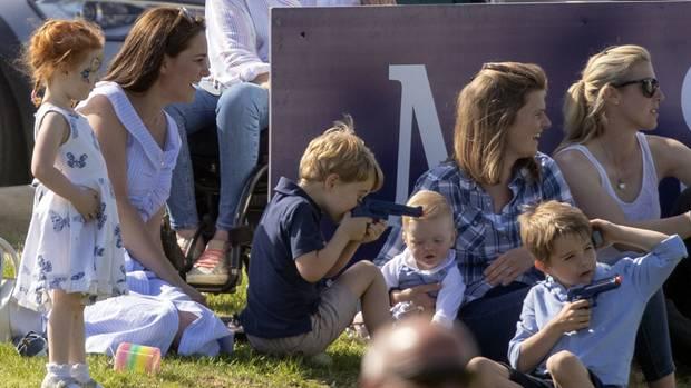 Prinz George (l.) und ein zweiter kleiner Junge spielen mit Plastikpistolen