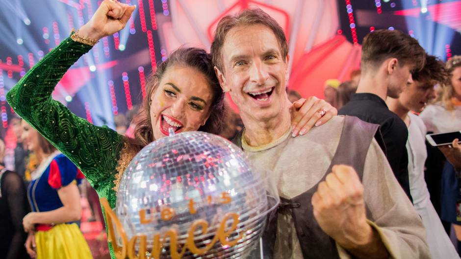 Ingolf Lück und Tanzpartnerin Ekaterina Leonova mit dem Pokal nach dem Let's dance-Sieg.