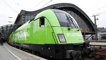 Flixtrain verlässt den Kölner Bahnhof in Richtung Hamburg