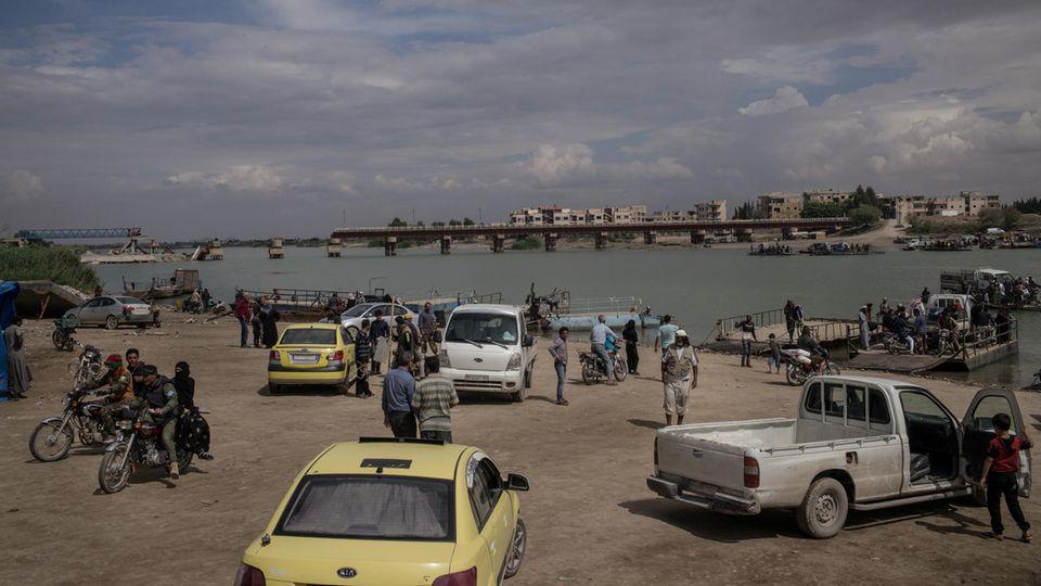Einziges Transportmittel über den Euphrat sind die kleinen Fährboote. Brücken müssen neu gebaut werden