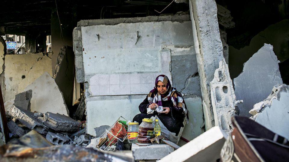 Sie sucht nach Vorräten im eigenen Haus: Schams al-Ahmad in ihrer ehemaligen Küche