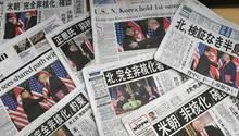 Die Titelseiten von Zeitungen in der japanischen Hauptstadt Tokio