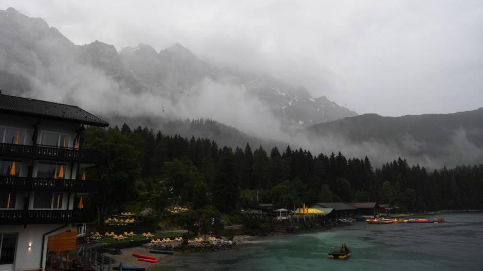 Unwetter heute: Starkregen fällt auf den Eibsee und das Zugspitzenmassiv in Bayern