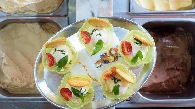 Im Eiscafé Favretti in Saarbrücken gibt's Maggi-Eis. Getoppt mit Tomate, Basilikum, Liebstöckel und Salzcracker