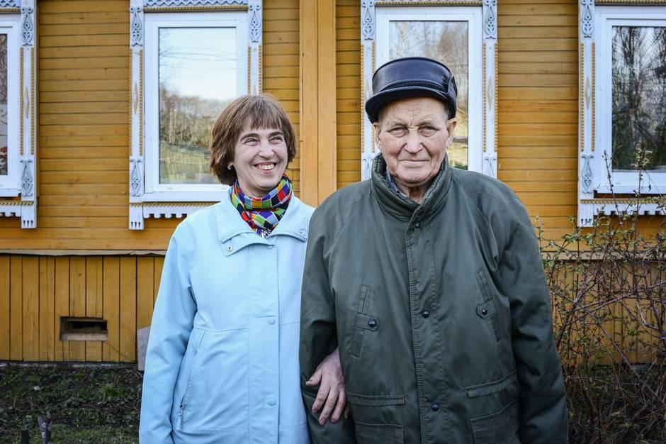 Michail Nowotelkow, 93, mit seiner Tochter Galina vor ihrem Haus in Rybinsk