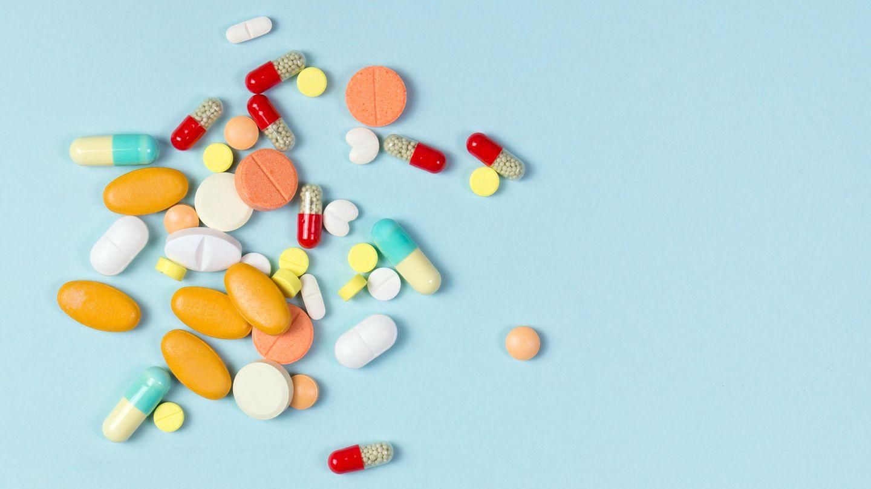 Tabletten liegen auf einem Untergrund
