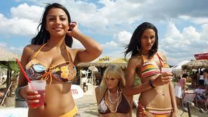 Leipzig: La Playa:   Chillen mit coolen Drinks im Südosten Leipzigs: Den ganzen Sommer über kann man sich an diesem Strand wie in der Karibik fühlen. Wer aktiv sein möchte, tobt sich auf einem der vier Beach-Volleyballfelder aus. Dienstags ist salsa@theBeach angesagt: Dann werden Bachata, Merengue, Mambo, Cumbia und Salsa getanzt.  Infos: www.beach-club-leipzig.de