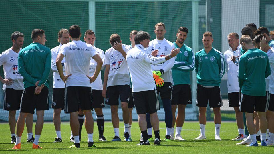 Jogi und seine Jungs:Bundestrainer Joachim Löw spricht mit der Mannschaft während des Trainings in Watutinki