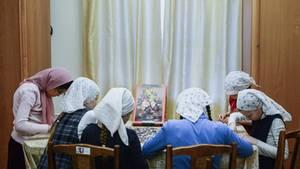 Russland:Die Mädchen des Orscher Auferstehungsklosters bei Handarbeiten