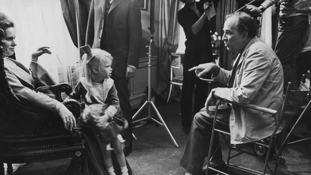 """Linn mit ihren Eltern am Filmset von """"Schreie und Flüstern"""", 1972"""