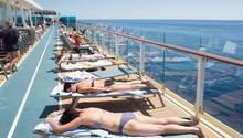 Reisende an Bord eines Kreuzfahrtschiffs