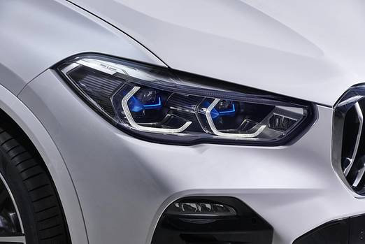 Optional gibt es den BMW X5 auch mit Laser-Scheinwerfern