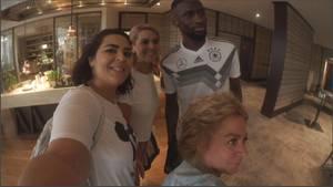 Auf der Jagd nach den Nationalspielern im Hotel: ein Selfie mit Antonio Rüdiger.