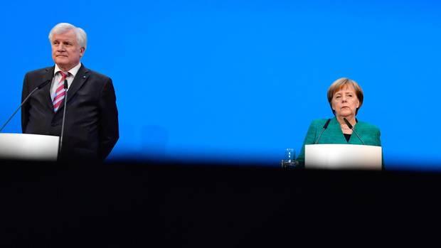 Angela Merkel und Horst Seehofer liefern sich einen offenen Schlagabtausch um die Asylpolitik der Kanzlerin.Seehofer hat mittlerweile eine Menge Unterstützer.