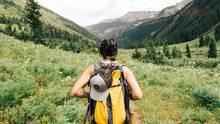 Eine Frau beim Wandern