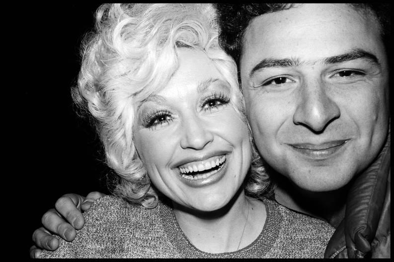 Sängerin Dolly Parton war 1977 eine der ersten prominenten Frauen, die gemeinsam mit Jean Pigozzi für ein Foto posierte