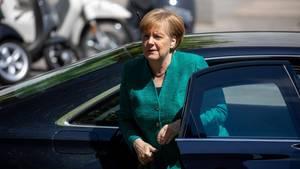 Bundeskanzlerin Angela Merkel (CDU) kommt am Reichstag zur CDU-Fraktionssitzung an. Die Zahl der Gegner ihrer Asylpolitik wächst auch in den eigenen Reihen.