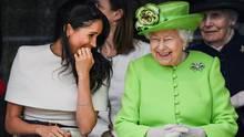 Meghan hatte fast zu viel Spaß an der Seite der Queen: Zumindest verrutschte ihr Scheitel und ließ ihre Frisur etwas derangiert aussehen.