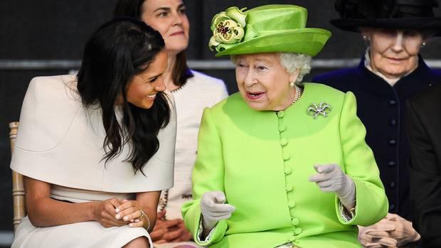 Sie lachen, sie scherzen und haben sichtlich Spaß zusammen: So ausgelassen wie an der Seite von Meghan Markle hat man Queen Elizabeth II. selten gesehen. Nur einen Monat nach der Hochzeit mit Prinz Harry absolvierte die frühere Schauspielerin ihren ersten Solo-Termin. Gemeinsam mit der Queen reiste die 36-Jährige in die GrafschaftCheshire, um dort eine Brücke offiziell zu eröffnen und zwei weitere Termine wahrzunehmen.