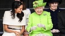 Seit ihrer Hochzeit mit Prinz Harry trägt Meghan offiziell den Titel Herzogin von Sussex. Er wurde ihr von der Queen verliehen. Das Verhältnis zwischen den beiden Frauen soll sehr positiv sein. Die 92-jährige Königin schien sich inCheshire prächtig zu amüsieren.
