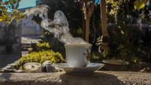 Kaffee dampft in Garten