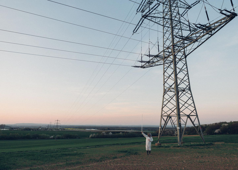 Mit einer Neonröhre will Ulrich Weiner seinen Feind sichtbar machen: Unterhalb eines Strommastes fängt sie im elektrischen Feld zu leuchten an.