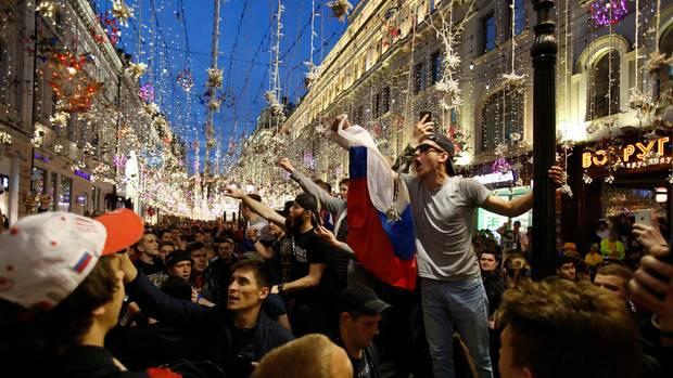 Fans aus Russland feiern, nachdem ihre Nationalmannschaft das WM-Eröffnungsspiel gegen Saudi-Arabien mit 5:0 gewonnen hat